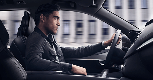 trucos-google-maps-que-no conocías-hombre-conduciendo-volvo