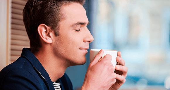 tips-consejos-mejorar-tu-café-hombre-oliendo-café-recién-hecho