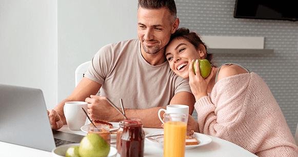 tips-consejos-mejorar-tu-café-pareja-desayunando