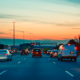 /limitador-de-velocidad-seguridad-volvo-trafico-carretera-atardecer-vehiculos